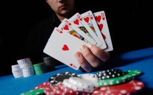 Strategi memenangi poker dengan menggertak